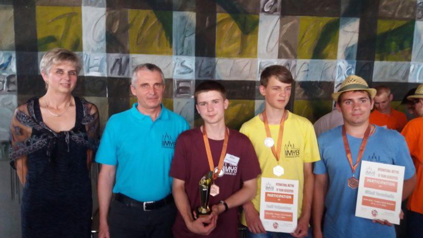 Наши молодые пчеловоды с организаторами IMYB в Праге /Иржи Пиза - координатор IMYB и Ярмила Махова, председатель Чешского союза пчеловодов
